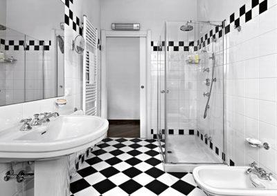 bagno moderno in bianco e nero con doccia