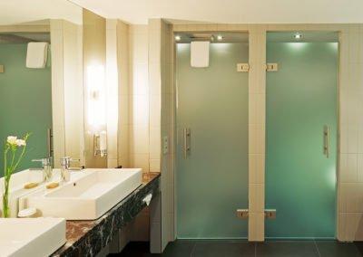 Badezimmer mit Doppelwaschtisch, Dusch- und WC-Abteil